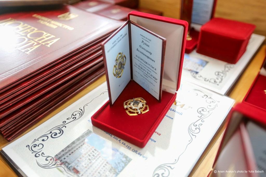 ДРУГИЕ фотот вручения наград сотрудникам роструда рубли юани корреспонденту